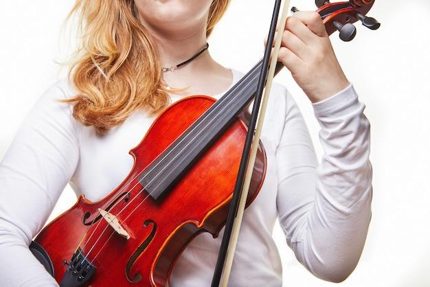 Женщина держит классическую скрипку