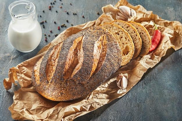 スライスしたケシの実と新鮮な素朴なパン