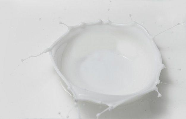 Лить свежего молока делая корону брызгает в молочном пуле. вид сверху.