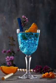 Синий ликер кюрасао с апельсином и цветком для дизайна