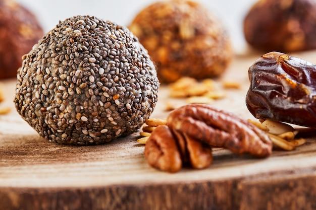 ミューズリー、ナッツ、ナツメヤシ、ココア、チア、蜂蜜の健康的な有機エネルギーボール
