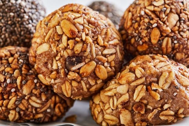 ミューズリー、ナッツ、ココア、チア、蜂蜜の健康的な有機エネルギーボール