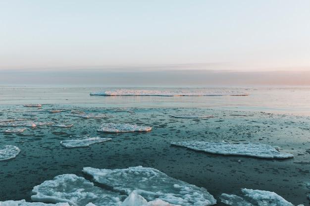 浮遊氷片と美しい冬の海の風景
