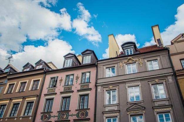 ポーランドのワルシャワ旧市街の歴史的な家。古いアーキテクチャ。ヨーロッパ旅行。青空。