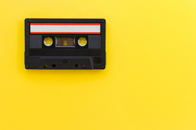 レトロなオーディオテープカセット。古い技術コンセプト。コピースペースとフラット横たわっていた、トップビュー。