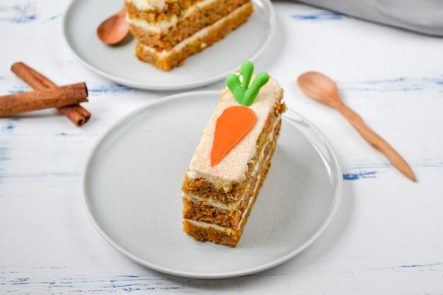 Национальный морковный пирог. морковный торт с глазурью из сливочного сыра, украшенный шоколадной морковью