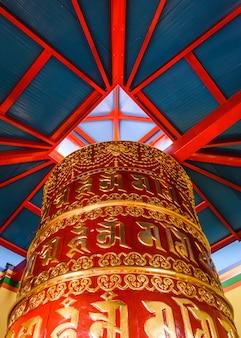 Деталь буддийского храма дага шан кагью в панильо уэска арагон испания