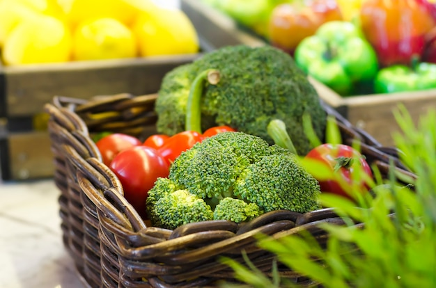 健康的な食事とライフスタイルのコンセプトです。緑の菜食主義の食糧。かごに熟した野菜。ブロッコリー、市場のトマト。