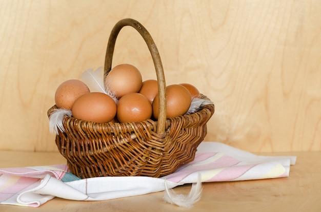 バスケットの自家製の素朴な鶏の卵