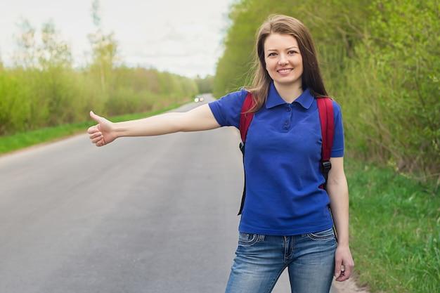 車を止める道の女の子