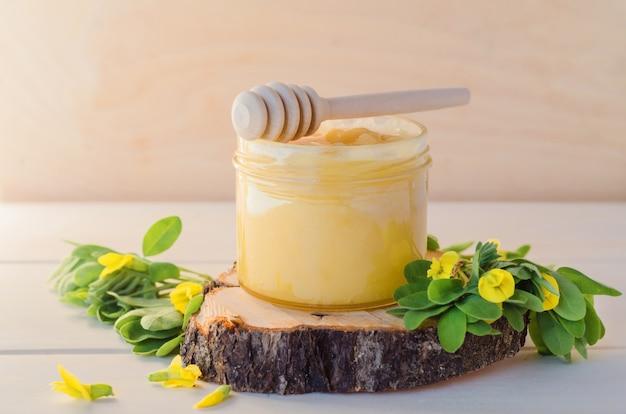 Разнообразие цветов меда из желтой акации на деревянном фоне