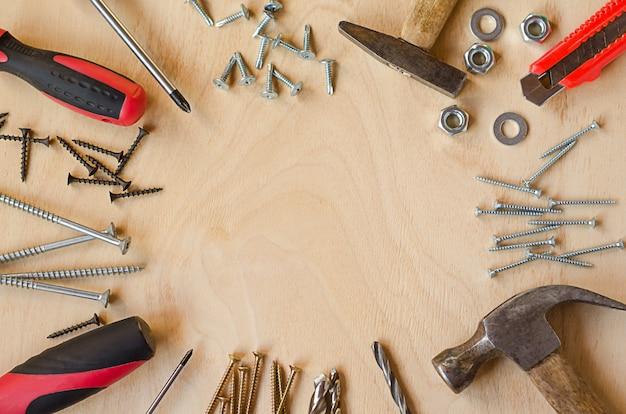 Набор инструментов для плотника на деревянном фоне