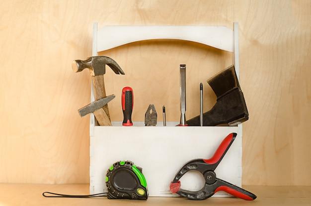 木製の背景のボックスに大工のためのツール