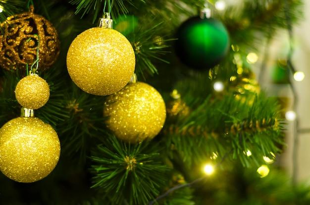 クリスマスツリー、光沢のあるガーランドに黄金のガラス玉。