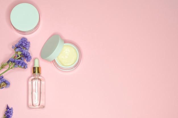 美容コンセプト。ピンクの背景に毎日スキンケアのためのフラットレイアウト自然化粧品。コピースペース