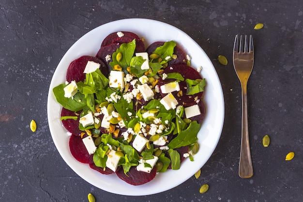 Диетический салат из свеклы, рукколы, сыра фета, тыквенных семечек с оливковым маслом