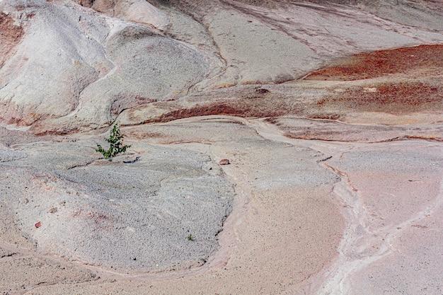 Апокалиптический пейзаж, похожий на поверхность планеты марс. затвердевшая красно-коричневая черноземная поверхность. бесплодная, потрескавшаяся и выжженная земля. концепция глобального потепления. огнеупорные глиняные карьеры.