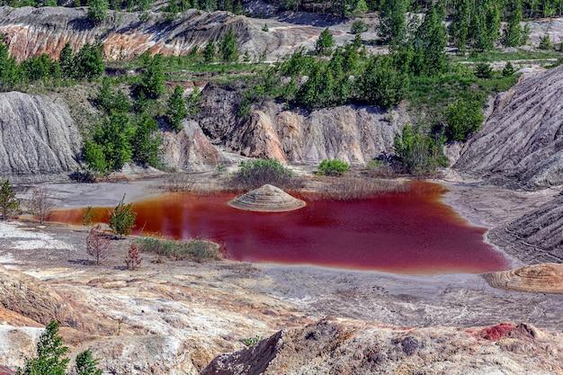 Удивительный апокалиптический пейзаж, похожий на поверхность планеты марс. затвердевшая красно-коричневая черноземная поверхность. бесплодная, потрескавшаяся и выжженная земля. концепция глобального потепления. огнеупорные глиняные карьеры.