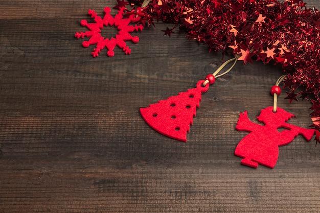 赤いおもちゃの装飾と星と見掛け倒しのクリスマス素朴な木製の背景