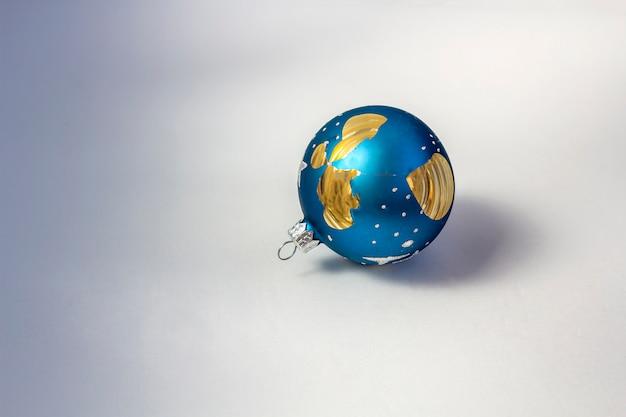 粉々になった希望、損失、失望の象徴としての白い背景の上の壊れた青いクリスマスボール