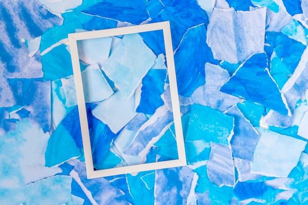 Синий абстрактный фон из разорванных кусочков бумаги