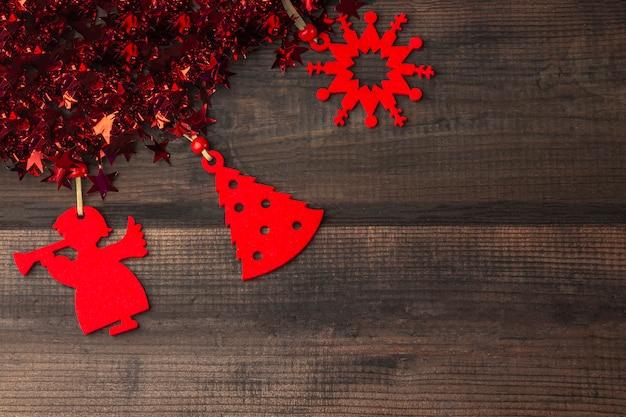 赤いおもちゃの装飾と星、トップビュー、テキスト用のコピースペースと見掛け倒しのクリスマスの素朴な木。