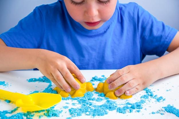 子供の創造性。家庭での子供の発達のための運動砂ゲーム。砂療法。