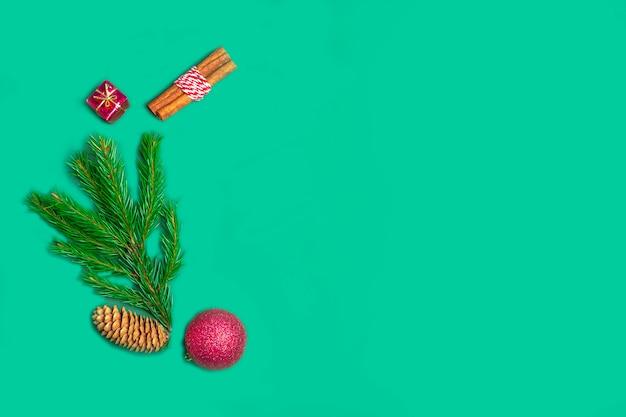 Новогодняя композиция из еловых веток, шишек, корицы и декора на зелени для открыток, обложек. новогодняя концепция. вид сверху, плоская планировка, копирование пространства для текста