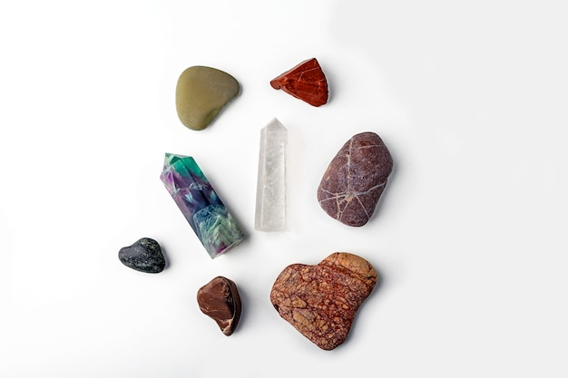 宝石の蛍石、水晶、さまざまな石
