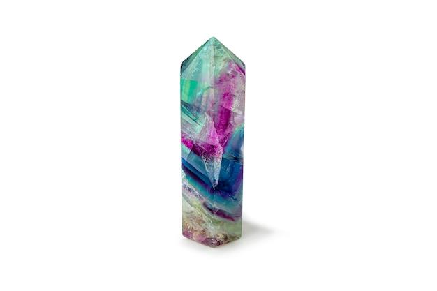 白い背景の宝石の蛍石結晶。神秘的な儀式、精神的な練習のためのマジックロック。