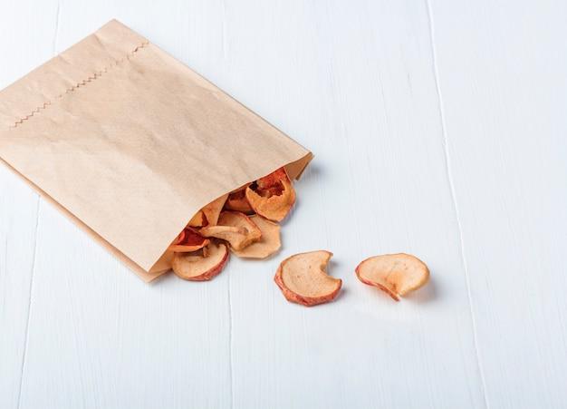 白の紙エコパックで有機自家製ドライフルーツチップ