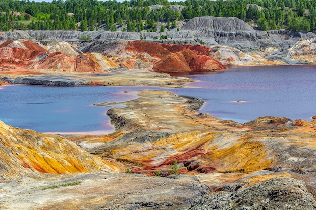 惑星火星の表面のような風景。ウラル耐火粘土採石場。ウラル山脈の自然