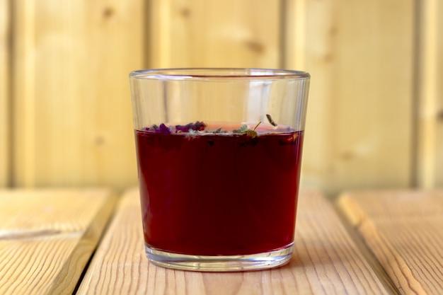 ガラスカップに赤いハイビスカスティー