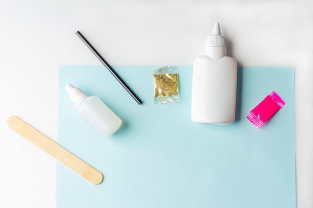 Ингредиенты для приготовления слизи на синей бумаге