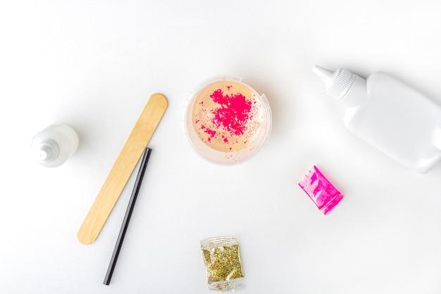 Ингредиенты для приготовления слизи на белом столе