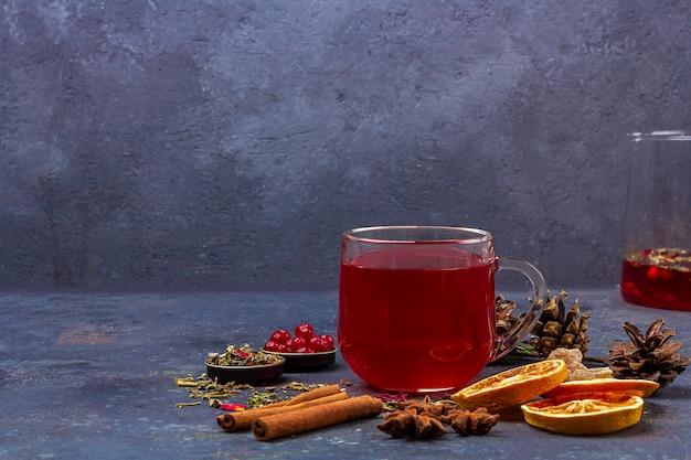 ホットスパイシーなクリスマスホームドリンク。グリューワイン、ワインクランベリーパンチ、またはクランベリーとオレンジのサングリア、クリスマスのごちそう。冬の休日、新年のコンセプト。クローズアップ、テキスト用のスペースをコピー