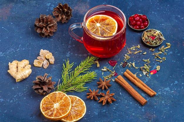 ホットスパイシーなクリスマスホームドリンク。グリューワイン、ワインクランベリーパンチ、またはクランベリーとオレンジのサングリア、クリスマスのごちそう。冬の休日、新年のコンセプト。閉じる、