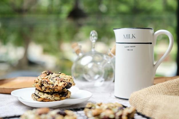 ミックスナッツとドライフルーツと種子フィレンツェ、グルテンフリーの全食品健康的なビスケットクッキー。カフェのテーブルに設定します。