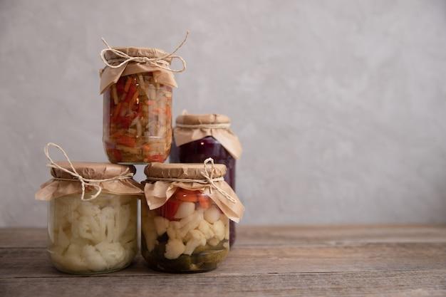 ガラスの瓶に入れた伝統的な発酵、漬物、缶詰、漬物の野菜。