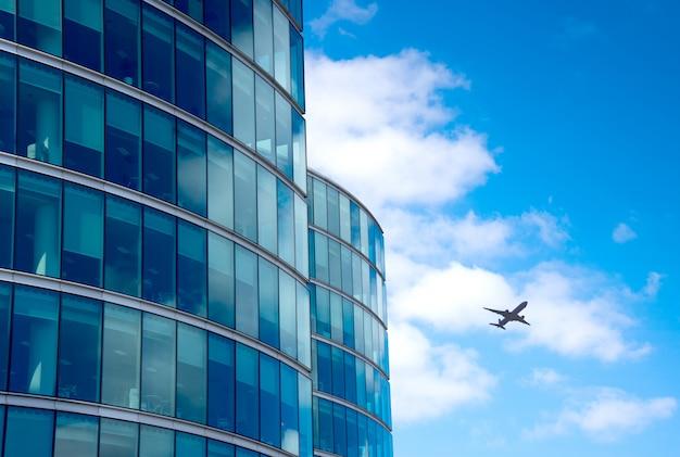 Силуэт реактивного самолета с фоном башен бизнес-офиса, лондон