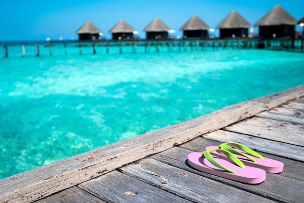 美しいビーチのサンダル-夏休み