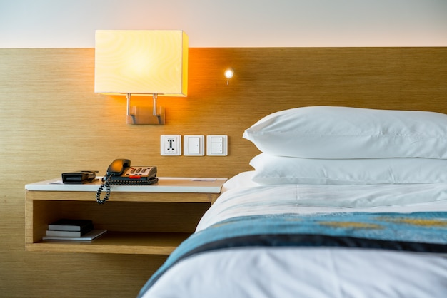 休日のためのホテルのベッドルームのランプ