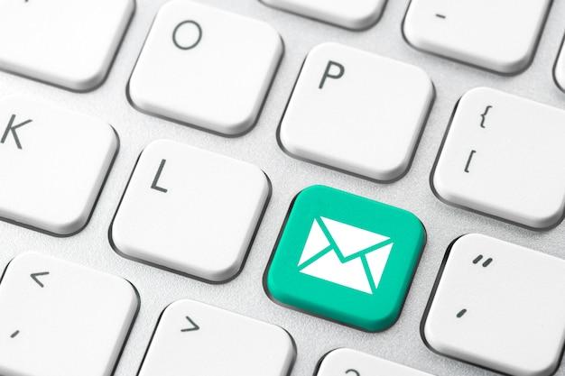 Электронная почта и свяжитесь с нами значок на клавиатуре компьютера