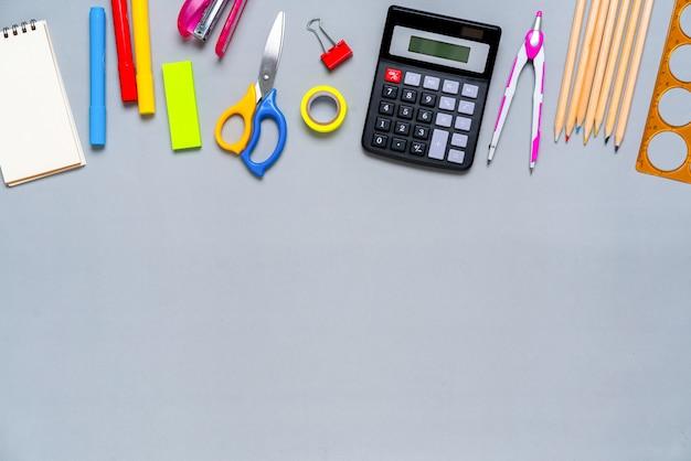 コンセプト創造的な学校の仕事でカラフルな文房具