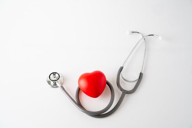ハートのアイコンと聴診器、医療&ヘルスケアの概念