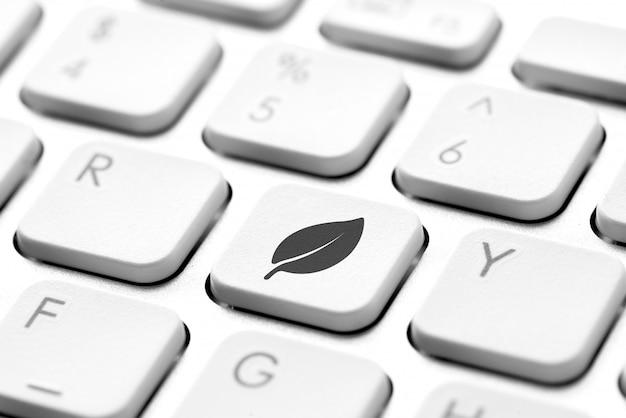 Значок корзины на клавиатуре компьютера для концепции зеленого и эко