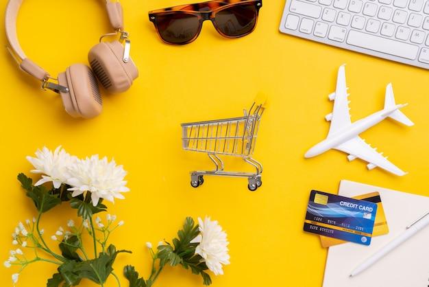 ショッピングカートのトップビューで旅行の概念のオンライン決済