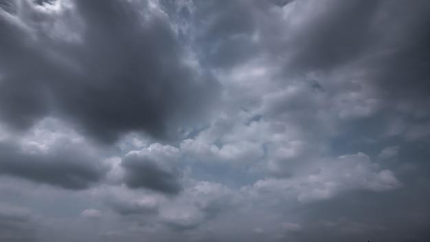 Стром и дождливое облачное небо