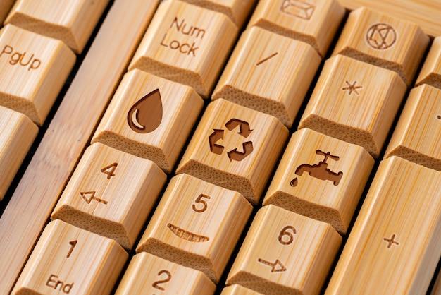 緑とエコの概念のコンピューターのキーボード上のアイコンをリサイクルします。