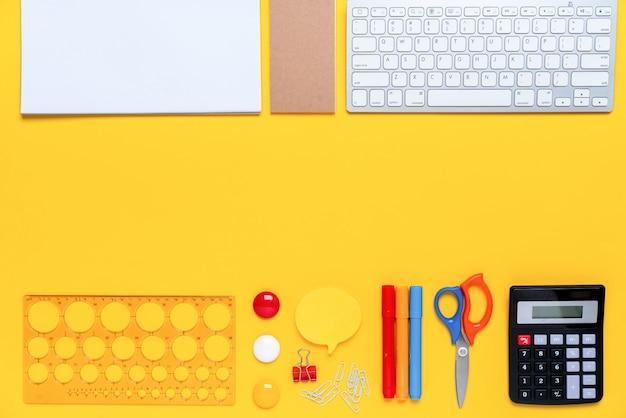 コンセプト創造的な学校でカラフルな文房具トップビュー